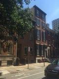 Bruna stenstad-hem i historiska Washington Square West, Philadelphia, PA fyra Arkivbilder