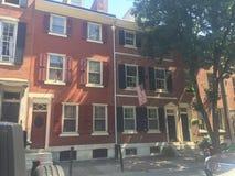 Bruna stenstad-hem i historiska Washington Square West, Philadelphia, PA Träd in Fotografering för Bildbyråer