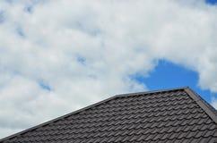 Bruna taktegelplattor eller singlar på hus som bakgrundsbild Ny överlappande brun klassisk stil som taklägger materiell texturmod Fotografering för Bildbyråer