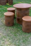 Bruna trummor bottnar upp för tabeller och stolar utomhus- möblemang royaltyfria bilder
