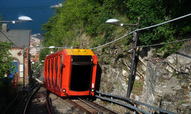 BRUNATE, ΙΤΑΛΙΑ - 14 ΜΑΐΟΥ 2017: Καταπληκτική άποψη funicular στη λίμνη Como που αναρριχείται στο σιδηρόδρομο σε Brunate, Como, Ι Στοκ Εικόνα