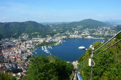 BRUNATE, ΙΤΑΛΙΑ - 14 ΜΑΐΟΥ 2017: Τελεφερίκ σιδηρόδρομος με τη θεαματική άποψη της λίμνης Como και της πόλης Como, Ιταλία Στοκ Εικόνα
