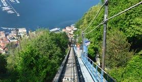 BRUNATE, ΙΤΑΛΙΑ - 14 ΜΑΐΟΥ 2017: Τελεφερίκ σιδηρόδρομος με τη θεαματική άποψη της λίμνης Como και της πόλης Como, Ιταλία Στοκ Φωτογραφία