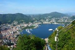 BRUNATE, ITÁLIA - 14 DE MAIO DE 2017: Teleférico com vista espetacular da cidade do lago Como e do Como, Itália imagem de stock