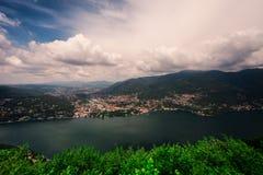 BRUNATE ITALIEN - MAJ 2016: Sikt av Cernobbio och sjön Como från Brunate Arkivfoton