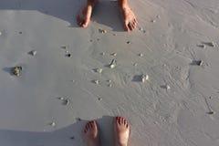 Brunbränd kal fot på den sandiga stranden av den tropiska ön Royaltyfria Bilder