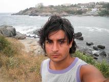 Brunbränd man i en havssemesterort som poserar för selfie Royaltyfri Bild