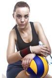 Brunbränd och utmattad Caucasian kvinnlig volleybollidrottsman nen Sitting Royaltyfria Bilder