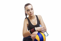 Brunbränd och utmattad Caucasian kvinnlig volleybollidrottsman nen Sitting Royaltyfri Foto