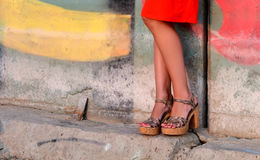 Brunbrända kvinnligben i häl Royaltyfri Foto