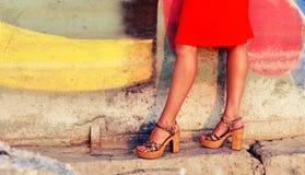 Brunbrända kvinnligben i häl Arkivfoto