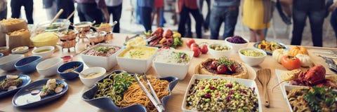 Brunch-auserlesene Menge, welche die Lebensmittel-Wahlen essen Konzept speist stockfotografie