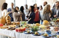 Brunch-auserlesene Menge, welche die Lebensmittel-Wahlen essen Konzept speist stockfoto