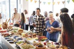 Brunch-auserlesene Menge, welche die Lebensmittel-Wahlen essen Konzept speist Lizenzfreies Stockfoto