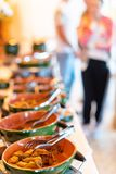 Brunch-auserlesene Menge, welche die Lebensmittel-Wahlen essen Konzept speist stockbild