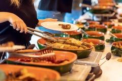 Brunch-auserlesene Menge, welche die Lebensmittel-Wahlen essen Konzept speist lizenzfreies stockbild
