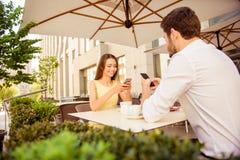 Brunch dans la terrasse gentille d'été d'extérieur avec intérieur moderne et photo stock