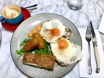 Brunch de Melbourne avec du café blanc australien photo libre de droits
