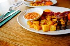 Brunch della prima colazione inglese di Londra/fagiolo al forno/prosciutto/patata fotografia stock libera da diritti