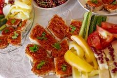 Brunch roumain traditionnel de plateau de nourriture avec les légumes et le che photos stock