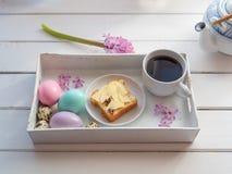 Brunch su un vassoio servente, vista superiore di Pasqua fotografia stock libera da diritti