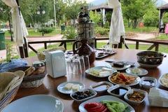 Brunch turco tradicional del desayuno del desayuno Desayuno al aire libre foto de archivo