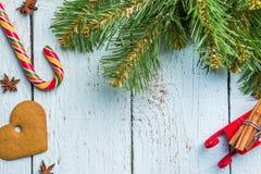 Brunches, galleta y piruleta del árbol de navidad en los tableros de madera blancos Fotos de archivo libres de regalías