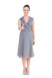 Brune élégante gaie dans la pose chique de robe Image stock