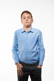 Brune émotive de garçon dans une chemise bleue Images stock