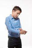 Brune émotive de garçon dans une chemise bleue Photo libre de droits