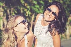 Brune assez belle et d'amie blonds dans des lunettes de soleil Image libre de droits
