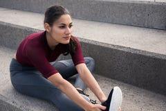 Brune assez jeune étant sportive sur des escaliers Photographie stock libre de droits