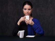 Brune attrayante gardant une tasse Photo libre de droits