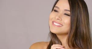 Brune attrayante heureuse avec un sourire rêveur clips vidéos