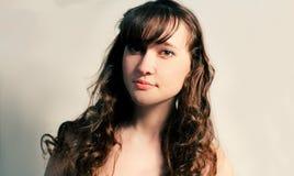 Brune aux cheveux longs dans le tir calme de studio d'état Images libres de droits