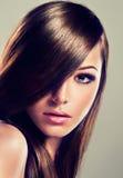 Brune avec de longs cheveux droits Photographie stock libre de droits