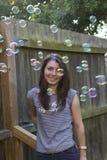 Brune avec du charme avec des bulles dehors photos stock