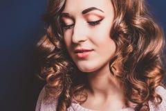 Brune avec les boucles et le plan rapproché de maquillage Image libre de droits