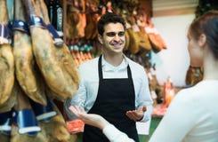 Brune choisissant l'iberico et le jamon et sourire de serrano Image libre de droits