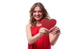 Brune courbée dans la robe rouge te donnant une carte de valentine Photos stock