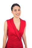 Brune d'une chevelure attachée sexy dans la pose rouge de robe Image stock