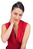 Brune d'une chevelure attachée souffrant du mal de cou Photo libre de droits