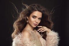 Brune dans le manteau de fourrure de mode Portrait de beauté de b sexy magnifique Photographie stock