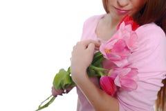 Brune de femme de beauté avec des tulipes de bouquet de fleur de ressort 8 mars D'isolement sur le blanc Image stock