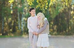 Brune de l'adolescence mignonne de garçon et belle blonde de jeune fille Images libres de droits