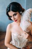 Brune de luxe dans la robe blanche serrée photos stock