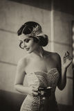 Brune de luxe dans la robe blanche serrée photographie stock libre de droits