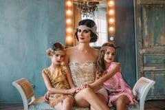 Brune de luxe et deux bébés dans le rétro style photographie stock libre de droits