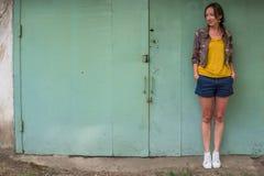 Brune et Européenne de jeune femme à la rue en été Images libres de droits