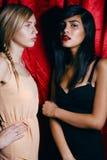 Brune et femme blonde ensemble, conflit de Photographie stock